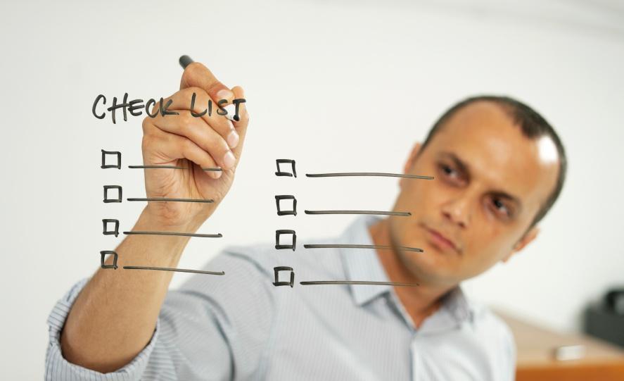 man-writing-checklist-whiteboard-887x541-usado.jpg